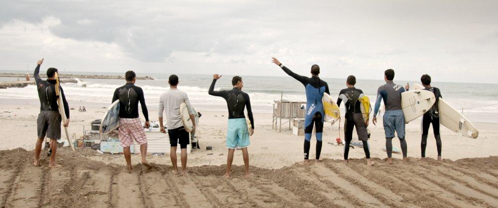 Surfer schaffen sich mit Surfbrettern Freiheit am Strand